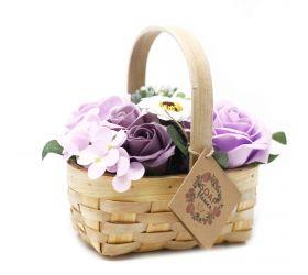 Stredná fialová kytica v prútenom koši